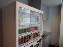 給湯室には自販機設置されてます