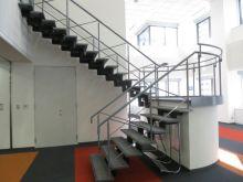 オフィス内の階段でスムーズな導線が確保されています