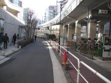 駅周辺は人通りが多く飲食店やカフェがあります
