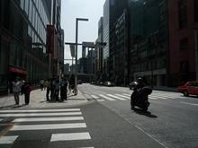 ビル前面の大通り