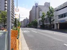 高田馬場アクセスビル前の明治通り(西早稲田駅方向)